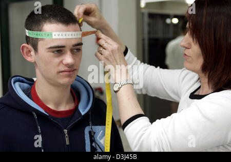 (dpa) - The head circumference of a conscript is measured for the right fit of the helmet: Dressing of conscripts - Stock Image