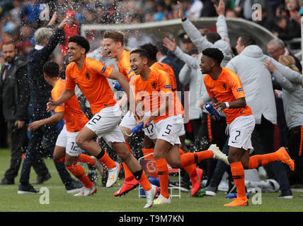 Netherlands players celebrate at the final whistle after victory in the UEFA European Under-17 Championship final at Tallaght Stadium, Dublin. - Stock Image