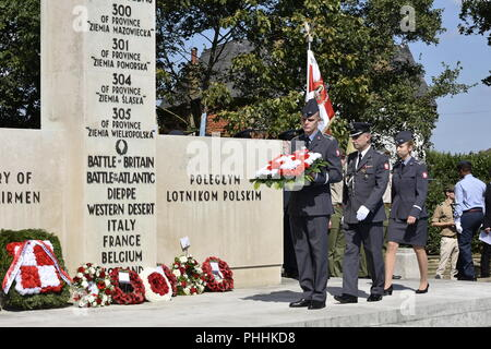 Northolt, London, UK. 1st September, 2018. Officer Cadets from the Polish Air Force Academy, Dęblin /. Kadeci ze szkoły officerskiej w Dębinie; Wyższa Szkoła Oficerska Sił Powietrznych  laying a wreath at the monument of Polish airmen.. The Annual Commemoration of Fallen Polish Airmen will take place on Saturday, 1st September 2018 at the Polish Air Force Memorial, Northolt. Credit: Marcin Libera/Alamy Live News - Stock Image