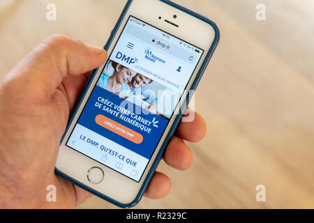 Paris, France - November 15, 2018 : French health insurance website, presenting the new 'shared medical file'(DMP), on a smartphone. - Stock Image