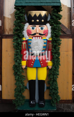 Carved wooden Christmas prince with a beard surrounded by a garland of leaves - Stock Image