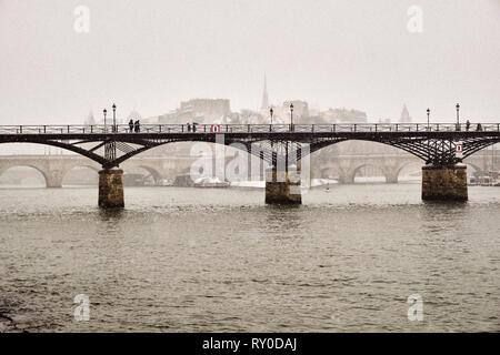 France, Paris, the Passerelle des Arts, Ile de la Cité and the cathedrale Notre Dame of Paris in winter - Stock Image