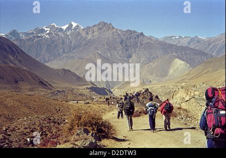 Trekkers decsending from Muktinath to Jharkot Annapurna circuit Nepal Himalayas with Kali Gandaki valley ahead - Stock Image