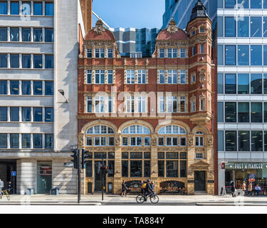 Period building sandwiched between 2 contemporary buildings, London, UK - Stock Image