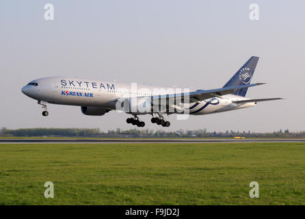 Korean Air Boeing 777-200 in SKYTEAM Colours Arriving to Prague - Stock Image