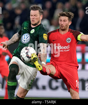 22 April 2019, Lower Saxony, Wolfsburg: Soccer: Bundesliga, 30th matchday: VfL Wolfsburg - Eintracht Frankfurt in the Volkswagen Arena. Wolfsburg's Daniel Ginczek (l) and Frankfurt's David Abraham fight for the ball. Photo: Peter Steffen/dpa - IMPORTANT NOTE: In accordance with the requirements of the DFL Deutsche Fußball Liga or the DFB Deutscher Fußball-Bund, it is prohibited to use or have used photographs taken in the stadium and/or the match in the form of sequence images and/or video-like photo sequences. - Stock Image