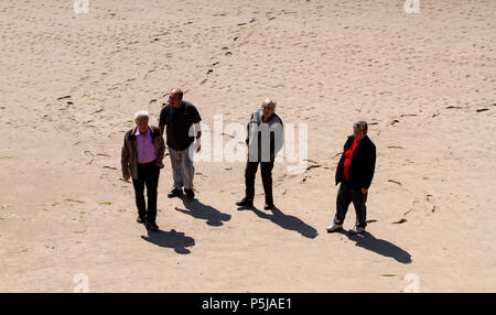 Dundee, Tayside, Scotland, UK. 27th June, 2018. UK weather: People enjoying a stroll on a hot sunny day on Broughty Ferry beach in Dundee with temperatures reaching 20º Celsius. Credits: Dundee Photographics / Alamy Live News - Stock Image
