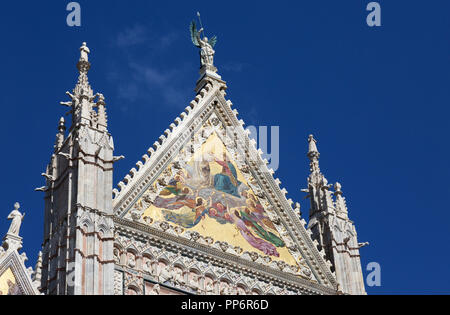 Colourful mosaic of  on the upper facade of the Coronation of the Virgin, Duomo Siena (Siena Cathedral), Siena, Tuscany Italy Europe - Stock Image