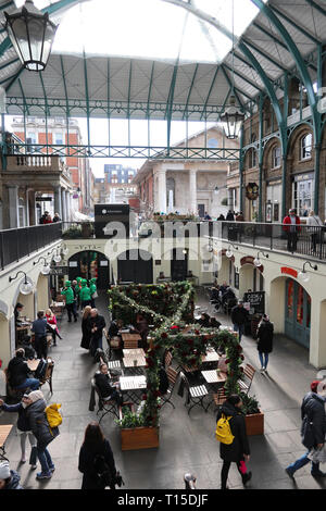 People eating & drinking in Covent Garden, London, England, UK - Stock Image