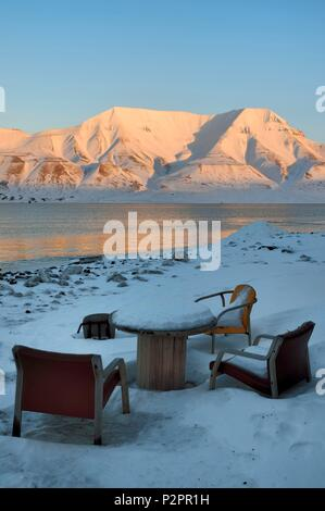 Norway, Svalbard, Spitzbergen, Longyearbyen, table with a view on the edge of the Adventfjorden - Stock Image