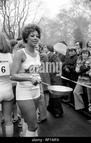 Humour/Unusual/Sport. Charity Pancake Race. Lincoln's Inn Fields. February 1975 75-00807-001 - Stock Image