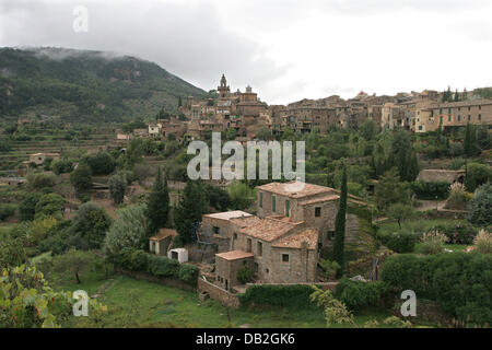 View on the mountain village Valldemossa on Majorca, Spain, 17 October 2007. Photo: Heiko Wolfraum - Stock Image