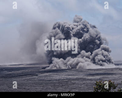An ash plumes rises thousands of feet at the summit of the Kilauea volcano May 23, 2018 in Pahoa, Hawaii. - Stock Image