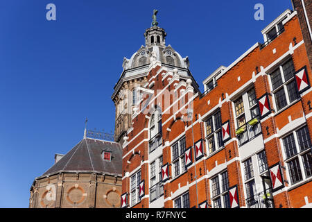Historic buildings on the Oudezijds Kolk canal in Amsterdam, Netherlands - Stock Image