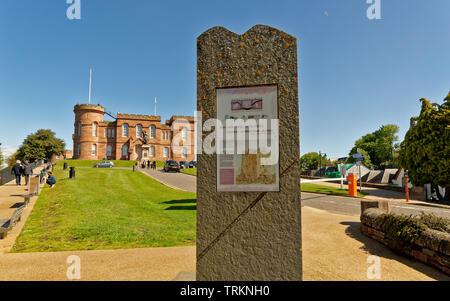 INVERNESS CITY SCOTLAND CENTRAL CITY SIGNPOST FOR THE START AND FINISH OF THE GREAT GLEN WAY TRAIL AND CASTLE BEHIND - Stock Image