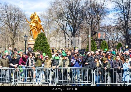 New York City, USA. 16th Mar, 2019. Spectators watch St. Patrick's day parade along 5th Avenue. Credit: jbdodane/Alamy Live News - Stock Image