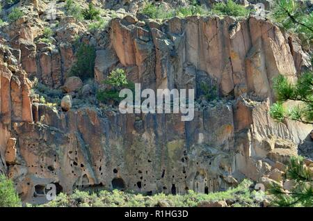 Cliff dwellings, Frijoles Canyon, Pajarito Plateau, Bandelier National Monument, New Mexico 180924_74342 - Stock Image