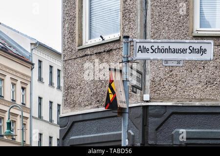 Urban Wildlife. Colourful bird nesting box &  Alte Schönhauser Strasse street sign in Mitte, Berlin - Stock Image