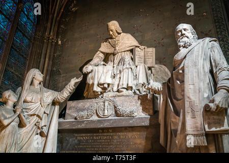 Grabdenkmal für Bischof Jean-Baptiste de Belloy im Innenraum der Kathedrale Notre-Dame, Paris, Frankreich  | monument for Archbishop Jean-Baptiste de  - Stock Image
