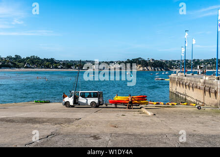 Morgat, France - August 4, 2018:  People taking out the water and storing canoes and kayaks in the marina of Morgat a sunny day of summer - Stock Image