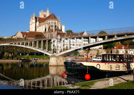 France, Bourgogne Franche Comte region (Burgundy), Yonne department, Auxerre, Saint Etienne cathedral and Yonne river - Stock Image