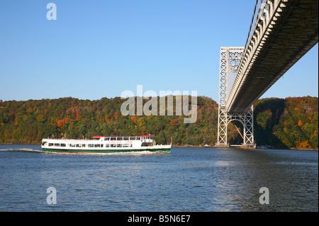 Circle Line boat on the Hudson River approaching the George Washington Bridge, New York, NY, USA - Stock Image