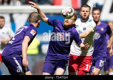 Hamburg, Deutschland. 20th Apr, 2019. Steve BREITKREUZ (left, AUE), Fabian KALIG (mi., AUE) and Manuel WINTZHEIMER (HH), action, fight for the ball, football 2. Bundesliga, 30. matchday, Hamburg Hamburg Hamburg (HH) - FC Erzgebirge Aue (AUE) 1: 1, on 20.04.2019 in Hamburg/Germany. ¬ | usage worldwide Credit: dpa/Alamy Live News - Stock Image