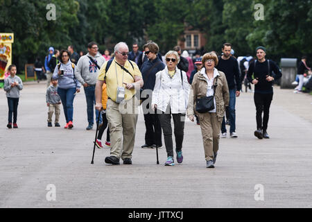 London, UK. 10th August, 2017. A group of tourists walk through Kensington Gardens as they make the most of the dry weather this morning in London, UK. Credit: BSFUK/Alamy Live News. - Stock Image