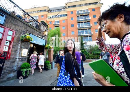 London, England, UK. Japanese women on the South Bank, Southwark - Stock Image