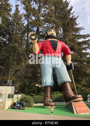 Klamath, CA - November 20, 2018: Paul Bunyan and his trusty ox Babe are built into huge statues outside the entrance to the Trees of Mystery park in t - Stock Image