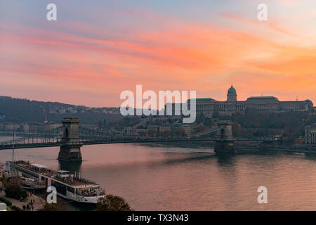 Sunset view of the famous Széchenyi Chain Bridge with Buda Castle at Budapest, Hungary - Stock Image
