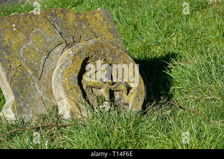 A cross inside a circle wheel gravestone, St Mary The Virgin church, Northolt Village, Middlesex - Stock Image