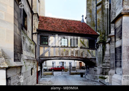 Bridge linking The Vieux Chapitre (The Old Chapter), Meaux, Seine-et-Marne, Île-de-France, near Paris, France, to Cathedrale Saint-Etienne (Meaux Cath - Stock Image