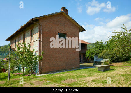 Rural house in red bricks in a sunny summer day, Italy - Stock Image