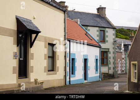Traditional Scottish houses on a narrow street in a fishing village. Findochty, Moray, Scotland, UK, Britain - Stock Image