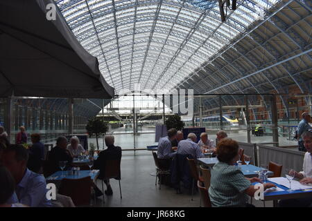 Wide angle view of St Pancras Eurostar Platform, grand terrace and vaulted roof from Carluccio's restaurant, London. - Stock Image