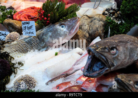 Borough Market London fish stall selling fresh Shetland Cod Fillet, Senegalese Red Snapper and Monkfish on ice South London England UK  KATHY DEWITT - Stock Image