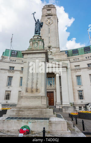 Luton Town Hall, built in a neoclassical architectural style sits at the junction of George Street, Upper George Street and Manchester Street. - Stock Image
