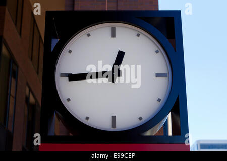Outdoor analog clock showing 12:45 pm ( lunchtime ) - USA - Stock Image