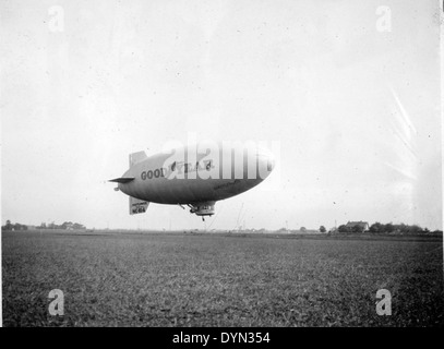 AL009B 341 Goodyear Blimp NC10-A Mayflower Hicksville Aviation Country Club, Hicksville, NY - Stock Image
