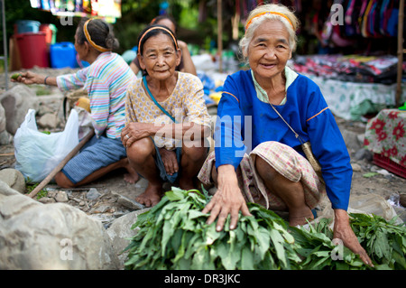 Hanunoo Mangyan women selling their crops at a Mangyan market near Mansalay, Oriental Mindoro, Philippines. - Stock Image