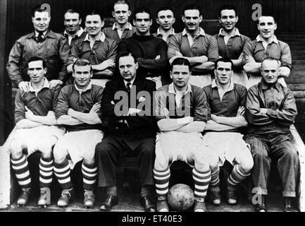 Middlesbrough F.C team group. Back Row, left to right: Harold Stephenson, Tom Blenkinsopp, Harry Bell, Bill Whitaker, - Stock Image