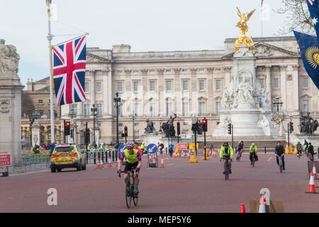 Cyclist on The Mall outside Buckingham Palace with a Union flag - Stock Image