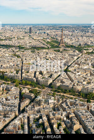 Aerial view of the Arc de Triomphe and the EIffel tower with the district Chaillot, Paris, France - Stock Image