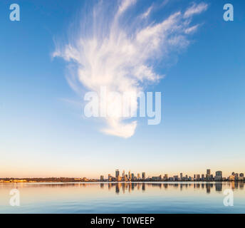 A large cirrus cloud high above Perth city and the Swan River. - Stock Image
