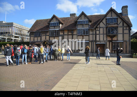 A large group of young students stand outside Shakespeare's Birthplace, Henley Street, Stratford upon Avon, Warwickshire - Stock Image