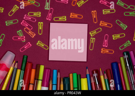 Sticky note, pencils, paper clips on colorful background, blank copy space, text space - Stock Image
