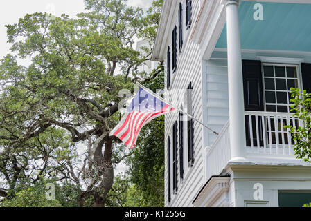 America, South Carolina, Charleston, historic white house in downtown - Stock Image