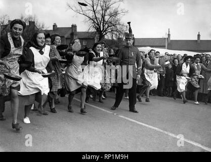The start of the pancake race in the market square at Olney.  February 1950  P005031 - Stock Image