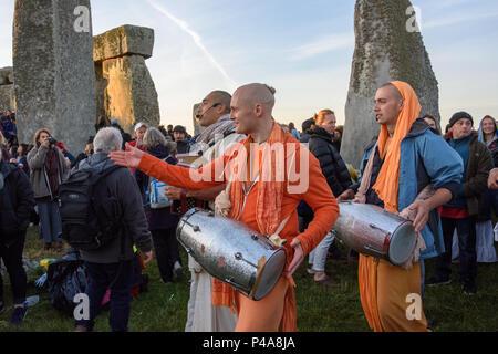 Stonehenge, Amesbury, UK, 21st June 2018,   3 hare krishnas leading a dance after sunrise at the summer solstice  Credit: Estelle Bowden/Alamy Live News. - Stock Image